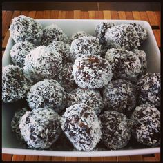 Raw Cacao (chocolate) Coconut Bliss Balls Cacao Chocolate, Healthy Snacks, Healthy Recipes, Bliss Balls, Raw Cacao, Clean Recipes, Coconut, Ethnic Recipes, Desserts