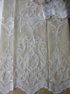 Exclusive klasszikus mintájú tüll függöny, alul bordűrös díszítéssel (alsó minta magassága 61 cm). Színek: ekrü, fehér–homok barna, világos mogyoró