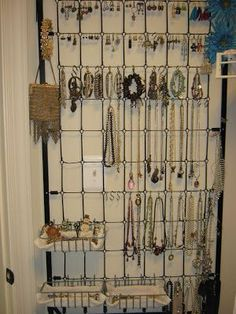 Fake-It Frugal: Crib Spring= Jewelry hanger Organizer Old Bed Springs, Mattress Springs, Crib Mattress, Bed Spring Crafts, Old Cribs, Diy Crib, Repurposed Furniture, Furniture Redo, Furniture Refinishing