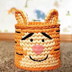 crochelinhasagulhas: Crochê em fio de malha by @elikrapp Diy Crochet Basket, Crochet Box, Crochet Basket Pattern, Knit Basket, Easter Crochet, Crochet For Kids, Tapestry Crochet Patterns, Crochet Square Patterns, Crochet Baby Clothes