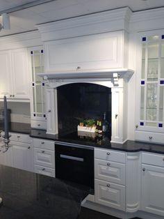 Drømmekjøkkenet- men med bare klart glass på vitrinedørene