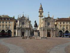 La più bella piazza di Torino che conserva l'aspetto seicentesco di armoniosa uniformità conferitole dall'architetto regio Carlo di Castellamonte (1642-1650). Al centro si erge il monumento equestre di Emanuele Filiberto, rappresentato da Carlo Marocchetti (1838) nell'atto di ringuainare la spada dopo la battaglia di San Quintino del 1557, una delle statue più significative del primo ottocento