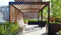 pergola moderne en bois et aluminium, installée sur le toit d'un bâtiment, une véritable oasis située dans un cadre urbain