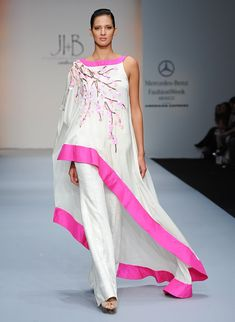 JI B - Pasarela  I like the wide pink border in a solid color and the use of embroidery or printing from one shoulder down
