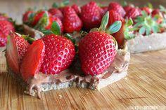 Fresh strawberry and chocolate tart {raw, vegan, nut free} Organic Recipes, Raw Food Recipes, Sweet Recipes, Healthy Recipes, Healthy Cake, Healthy Sweets, Raw Vegan Desserts, Raw Cake, Nut Free