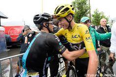 事実上、ツール・ド・フランスの総合優勝を決め、チームメイトと喜ぶフルーム