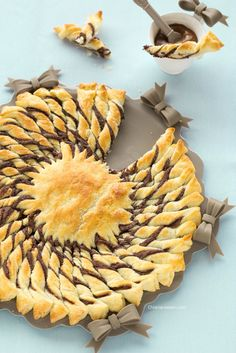 Girasole dolce di pasta sfoglia, tarte soleil, puffy pastry