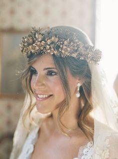 paola-alvaro5 novia con corona de flores de porcelana doradas y velo
