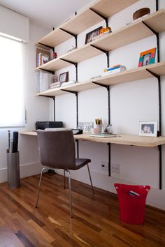 Apartamento Contemporâneo E Prático Home Office Design, Home Office Decor, Diy Home Decor, Diy Office Desk, Diy Desk, Mini Loft, Small Home Offices, Home Libraries, Office Interiors