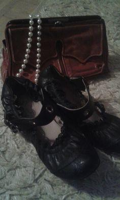 Laukku,kengät ja helmet