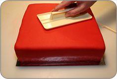 Stappenplan om zelf een taart van marsepein te maken.