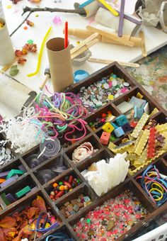Life in a Reggio Inspired Art Studio Have you ever wondered about the Reggio Approach to learning and how it works in the art studio? This is a great resource ≈≈ Reggio Emilia Classroom, Reggio Inspired Classrooms, Art Classroom, Classroom Ideas, Art Center Preschool, Preschool Art, Reggio Art Center, Toddler Art Table, Infant Lesson Plans