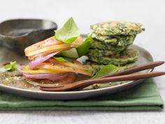 Ricotta-Spinat-Plätzchen - mit Tomatensalat - smarter - Kalorien: 288 Kcal - Zeit: 50 Min. | eatsmarter.de
