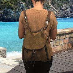 Daphne è una borsa elegante e pratica, dal momento che può essere indossato in molti modi, come una borsa, uno zaino o una borsa a tracolla con solo uno dei due cinghie regolabili. Ci sono due tasche esterne con cerniera con pelle tira, uno nella parte anteriore lato coperto da Coppa