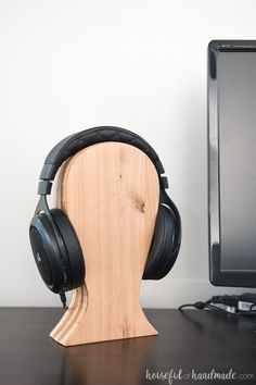 Looking for a DIY Christmas gift idea for men? This DIY headphone stand is easy to make, can be made out of scraps, and is perfect for the tech guy or teen! Get the complete build tutorial at Diy Projects For Men, Wood Projects For Beginners, Diy For Men, Diy Wood Projects, Woodworking Tools For Beginners, Woodworking For Kids, Easy Woodworking Projects, Custom Woodworking, Youtube Woodworking