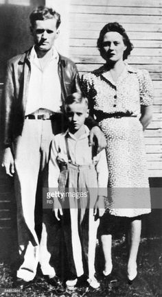 Circa Elvis Presley standing between his parents outside of their home in Tupelo, Mississippi. (Photo by Hulton Archive/Getty Images) (Getty Images) Lisa Marie Presley, Priscilla Presley, Elvis Presley Age, Elvis Presley Photos, Elvis Presley Parents, Rock And Roll, Musica Country, Walt Disney, Young Elvis