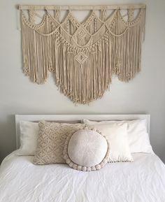 Knitted cushions, cushions on sofa, boho diy, diy cushion, cushion pi Macrame Wall Hanging Patterns, Macrame Art, Macrame Design, Macrame Projects, Macrame Patterns, Diy Crafts For Bedroom, Diy Home Decor Bedroom, Bedroom Kids, Boho Bedroom Diy