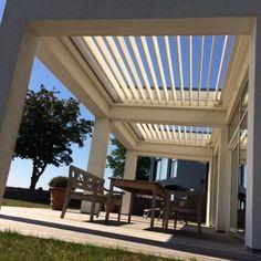 Det motoriserede aluminiumslameller i taget styres med fjernbetjening.