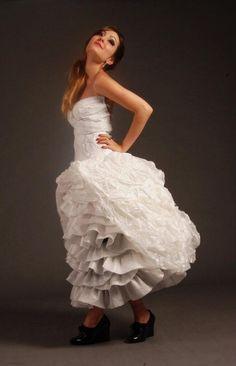 """Fotografia de Moda + Produção de Moda """"Do Lixo ao Luxo"""" Criação:Vestido de Noiva Reciclado - Materiais:Isopor,Jornal e Papel Selofane"""