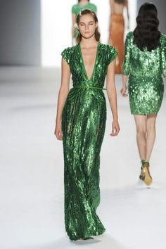 Ellie saab green haute couture gown green glitter at fashion week Beautiful Summer Dresses, Beautiful Outfits, Fashion Week, Runway Fashion, Paris Fashion, Fashion Trends, Emerald Gown, Emerald City, Elie Saab Printemps