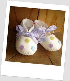 Beautifull felt baby shoes with spots. - MissTiddels - Felt Shoes