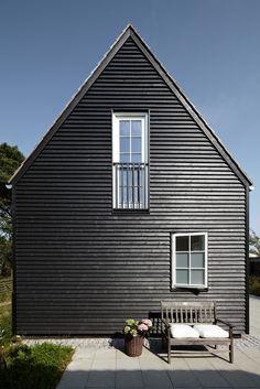 Flot sortmalet træhus