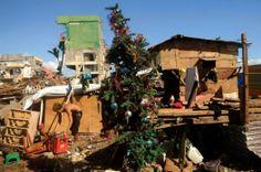 Un hombre recoge materiales entre los escombros de casas destruidas en Tacloban (Filipinas). (AFP/NOEL CELIS/VANGUARDIA LIBERAL)