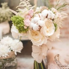 Ramo de novia Mariola  Ramo romántico con  peonías, crisantemos, astilbe, orquídeas, ranúnculos, fresias y las rosas, en todas sus...