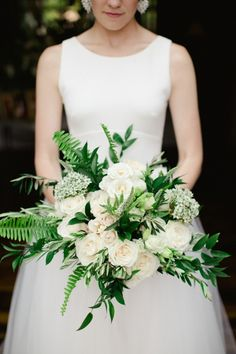 white and green bouquet | Photography: Amy Campbell Photography