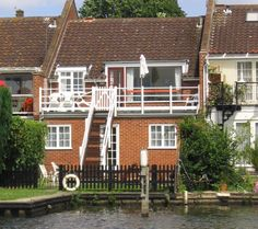 Sleeps 8 - A delightful upside down riverside town house on the banks of the River Bure in Horning with WiFi access. More Details: http://www.riverside-rentals.co.uk/NorfolkHolidayCottages/herons-reach