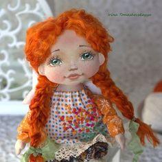 Покажу портретик этой малышки... Как ей идут ярко-рыжие косы и веснушки! Люблю веснушки, а у меня никогдашеньки ни одной веснушечки не было... А вас солнышко целует? Признавайтесь, кто нацелованный во все щечки и носик?  ps. А крылышки на пуговках, чтобы вертеться могли))) Мне кажется, это забавно. #tomashevskayyadolls #куклытомашевскойирины #текстильнаякукла #авторскаякукла #куклавподарок #ангел #добраякукла pps. Ангел сделан на заказ, не продается.