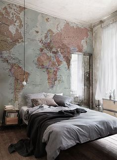 For all the travel junkies! This wonderful map wallpaper encompasses beautiful muted tones, making it incredibly versatile for any room in your home. Location: Aubergine Studios #IdeeDeco #DecoChambre #Futur #Projet