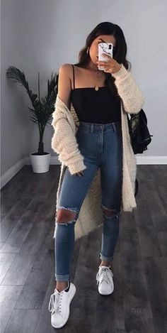 Look calça jeans destroyed body preto maxi cardigan e tênis branco. The post Look calça jeans destroyed appeared first on Jean. Trendy Fall Outfits, Spring Fashion Outfits, Cute Casual Outfits, Simple Outfits, Look Fashion, Outfits For Teens, Pretty Outfits, Stylish Outfits, Fashion Clothes