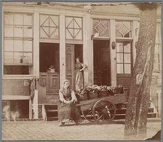 Zandhoek door Jacob Olie, 1862-1864. De puien en stoepen van Zandhoek 10-11. Voor de stoep zit Betje de groentevrouw met haar kar. In de deuropening van nummer 10, het woonhuis van de familie Olie, staat Jacobs zuster Stijntje (Christina) Olie. Afbeeldingsbestand B00000031074