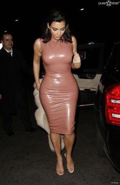 Kim Kardashian im berühmt-berüchtigten Latex-Kleid des Designers Atsuko Kudo am 27. Februar 2015 in London.