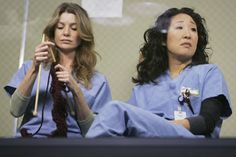 Knitting on Grey's Anatomy - we like :-) #celebknitters
