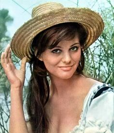 Claudia Cardinale, Old Hollywood Stars, Hollywood Icons, Sicilian Women, Steeve Mcqueen, Ornella Muti, Cycle Chic, Classic Movie Stars, Italian Actress
