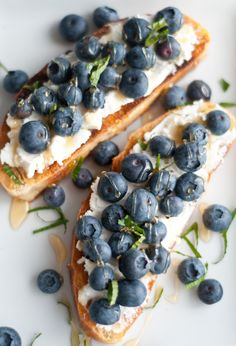 """Great inspiration for a brunch """"bruschetta""""! (Pictured: Grilled ciabatta, ricotta cheese, fresh blueberries, organic honey and mint. I Love Food, Good Food, Yummy Food, Ciabatta, Sport Food, Berry Good, Little Lunch, Blueberries, Raspberries"""