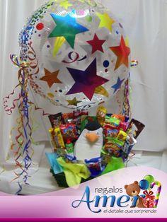 Pinguino rodeado de dulces en canasto con globo cristal. Regalos Amer. 5524 6977