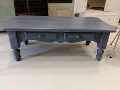 Oud grenen tafel in een prachtige zwart/antraciet kleur afgewerkt met witte krijtwax.