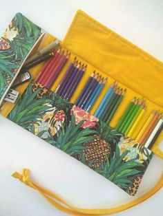 Wrap etui met ritsvak – Pineapple Pencil roll- Roll-up pencil case – Sewing Projects Roll Up Pencil Case, Diy Pencil Case, Leather Pencil Case, Pencil Pouch, Pencil Cases, Pencil Case Pattern, Crochet Tools, Sewing Projects For Kids, Pen Case