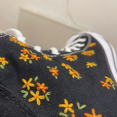 Embroidery On Clothes, Cute Embroidery, Embroidered Clothes, Embroidered Flowers, Jean Embroidery, Embroidery Patterns, Mode Converse, Converse Chuck, Custom Converse Shoes