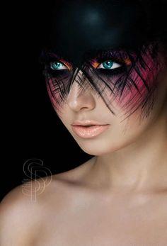 Son fotografías de moda y maquillaje tomadas por dos dos fotógrafos que se dedican hacer eso de manera profesional. Uno se llama Christian Schild y la otra