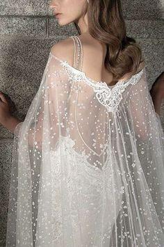 Capa transparente con hombros al descubierto - Para las novias más sexys, una capa con transparencias dejando los hombros descubiertos puede crear un efecto óptico muy sensual para aquellos vestidos ajustados con la espalda al aire. ¡Trendy!