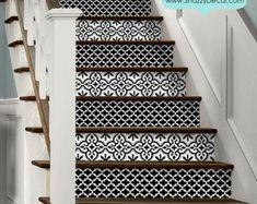 Elevador de escalera decorativa está caliente en la última escena de decoración hogar, nosotros tienen hacer fácil para usted para elevar sus escaleras en sólo una cáscara. Estas tiras son autoadhesivas y se pueden retirar fácilmente sin dañar la superficie. Perfecto para casa alquilada y mejor solución para cubrir la escalera vieja fea y convertirla en una obra maestra de la conversación! Usted recibirá 15 tiras que cubren 15 pasos, cada uno medidas de tira en 40 (100cm) de longitud…