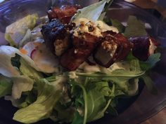 Salat mit Schafskäse im Speckmantel #waskochen #snacks #salate Snacks, Beef, Chicken, Food, Salad With Feta Cheese, Carrots, Easy Meals, Cooking, Other