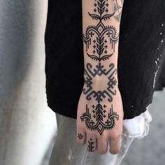 Mini Tattoos, Body Art Tattoos, Cool Tattoos, Mehndi Tattoo, Henna Tattoo Designs, Tattoo Spots, Handpoke Tattoo, Blackwork Patterns, Leg Sleeve Tattoo