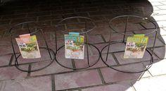 リメイク大好きDIY女子御用達の100均。そんな100均の園芸用品コーナーに置かれている鉢スタンドも優秀なリメイクアイディアなんですよ。今回は、鉢スタンドを素敵なインテリアアイテムに変身させるアイデアとリメイク方法をご紹介します。