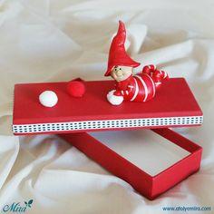 Biber Çocuk Tasarım Kutu Kutu özellikleri: 22x8x3,5 cm dokulu kırmızı kağıt sıvama kutu Biblo özellikleri: 8x10 cm porselen biber çocuk ve pon pon detaylı Satın almak için www.atolyemira.com sayfasını ziyaret edebilirsiniz.