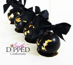 Tampa wedding cake pop and chocolate dipped favors by Sweetly Dipped Confections. Specializing in custom cake pops with for weddings and showers. Black And Gold Birthday Cake, Black And Gold Cake, Gold Leaf Cakes, Edible Gold Leaf, Funeral Cake, Pirate Cake Pops, Gold Dessert, Cake Pop Maker, White Cake Pops